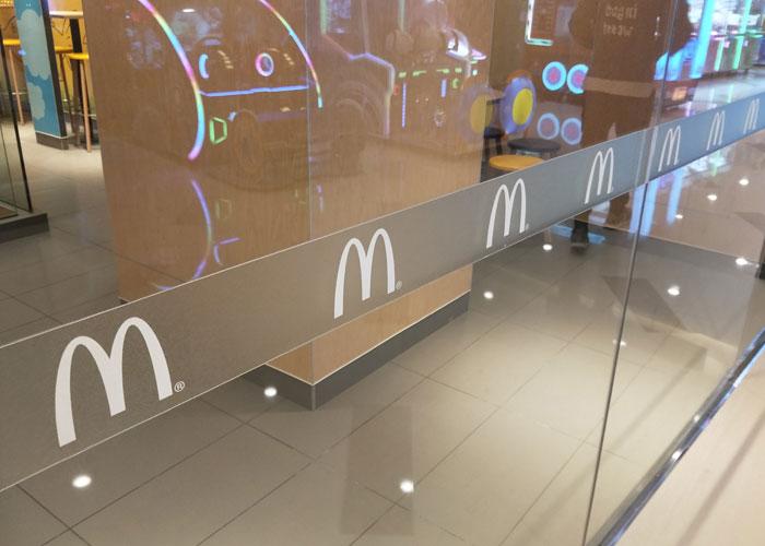 麦当劳玻璃门磨砂贴防撞腰条制作